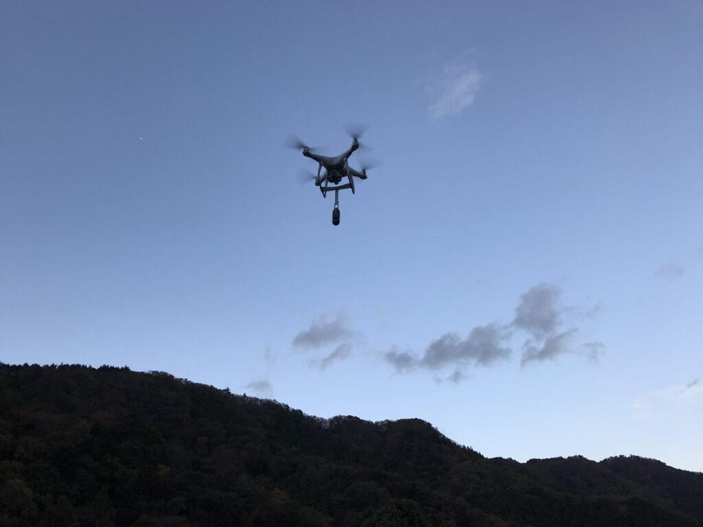 360度カメラを搭載して飛行中のドローン